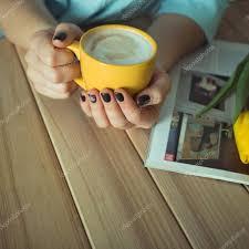žlutá Pohár V Rukou žen Gelové Nehty Manikúra Telefon A časopis Na