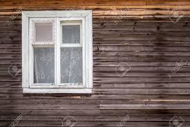 Geschlossenes Fenster Des Alten Blockhauses Aus Holz Mit Vorhängen