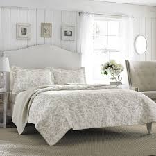 Bedroom: King Size Quilts With White Wall Design And White Curtain ... & Charming King Size Quilts For Modern Bedroom Decorating Ideas: King Size  Quilts With White Wall Adamdwight.com
