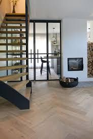 De Visgraat Vloer En Openhaard Met Houtopslag Zorgen Voor Een Warme
