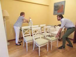 Miguel Gil, de Vaciatucasa, ayuda a clasificar, medir y tasar el mobiliario  en