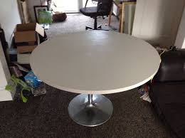 white gloss round table 47 119cm in diameter seats 6