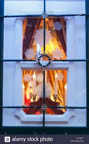 Weihnachtsbeleuchtung An Einem Alten Fenster Eines