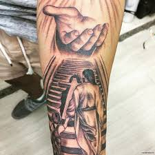 иисус крест и рука бога тату на предплечье у парня добавлено