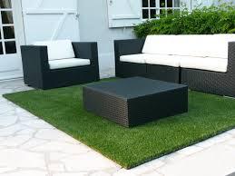 Le Vert S Invite Partout M Me Sur Cette Terrasse Avec Ce Tapis En Caillebotis Gazon Synthetique Aluminium Et Composite