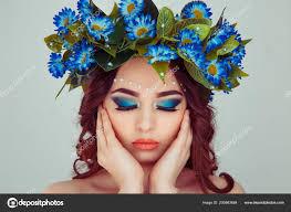 Krásná Mladá žena úsměvem Modelu Daisy Květiny Hlavu Květinová