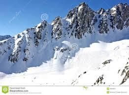 pistes couvertes de neige de ski de monnes