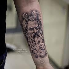 фото мужской татуировки на руке в стиле реализм зевс скульптура