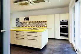 Küche mit Messing HPL Fronten schwarzer Eiche und