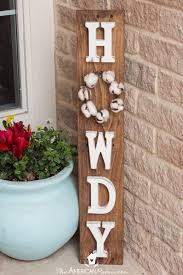 diy howdy front porch pallet sign with interchangeable seasonable wreaths easy and inexpensive diy welcome