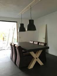 Een Stoere Look Met Een Betonnen Tafel En Industriële Lampen