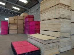 Como vemos, neste projeto a madeira das paredes foi pintada de branco, enquanto no piso e no forro foram deixadas com o seu tom natural. Tapume De Madeira Em Curitiba Tapume Para Obras 41 3285 9980