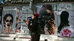 طالبان متهمة بإعاقة رحيل الأفغان الراغبين في ترك أفغانستان - فرانس 24