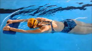 Natación: Patada de crol con tabla y respiración unilateral - YouTube