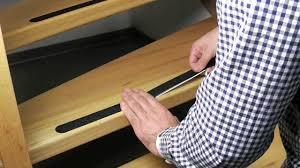 Unsere selbstklebende treppenfolie ist fast unsichtbar, so dass die ästhetik der treppe erhalten bleibt. Anti Rutsch Streifen Fur Treppen Youtube