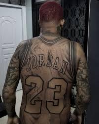 фанат набил джерси джордана на спине увековечил легендарный номер