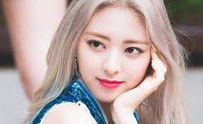 ITZY fans come to defend Yuna against the people who said she's going  through adverse visual changes