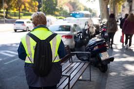 ¿Tienes una multa por aparcar la moto en la acera? Un juzgado de Madrid  anula la sanción