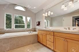Geräumiges Badezimmer Mit Doppelwaschtischunterschrank Und Weißer