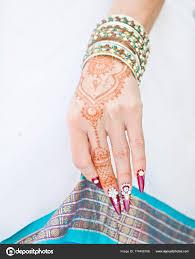 Nehty Zdobí Brilantní A Ruka S Tetování Henou Stock Fotografie