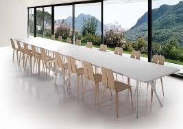 Lungo tavolo in alluminio lucidato e piano in resina idfdesign