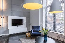 Tv In De Woonkamer Met Blauwe Fauteuil En Industriële Hanglamp