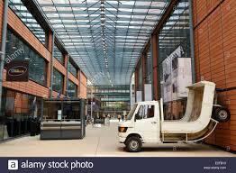 Francia Rodano Lione la Cite Internationale progettato dall'architetto Renzo  Piano carrello (2007) Erwin Wurm collezione di opere del Foto stock - Alamy
