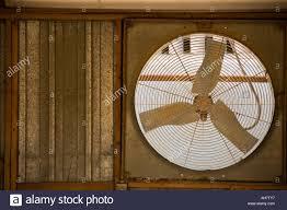 Rustikale Fenster Ventilator In Eine Alte Werkstatt Stockfoto Bild