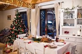 Comida De Navidad Puso Sobre La Mesa En El Comedor Decorado. Pavo Asado O  Pollo