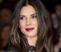 sandra bullock capelli castani con colpi di luce consigli consulente immagine donne over 40
