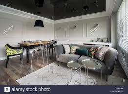 Wohnzimmer Mit Couch Und Esstisch Aus Holz Und Schwarz Stretch Decke