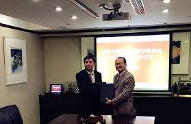 on behalf of ecnu chen signs an agreement with the sun wah group in hong kong