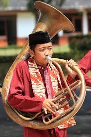 Video tari maengket dari sulawesi utara untuk lebih mengenal tari maengket berasal dari daerah sulawesi utara, sobat tradisi bisa menyaksikan video tari maengket dibawah ini : Tanjidor Seni Hybrid Saba Kota Indonesia Kaya