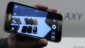 samsung galaxy smartphones. sambutan terhadap samsung galaxy s5 sebagian besar mengatakan, produk ini adalah yang terbaik dibandingkan dengan smartphone-smartphone lain sekelasnya smartphones