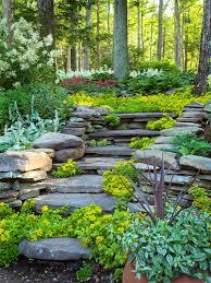 Die treppen sollten rund 18 zentimeter hoch und 26 zentimeter tief sein. Gartengestaltung Am Hang Wie Konnen Sie Einen Hanggarten Gestalten