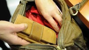 Scarpe Da Calcio Per Bambini Decathlon : Costruisce una quot borsa antitaccheggio e tenta di rubare scarpe da