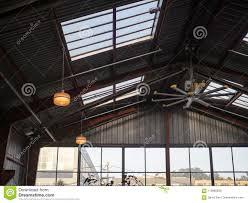 Industrieller Ventilator Und Fenster Mit Hoher Decke Im Lager