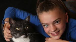 Ava Shaw cuddles her kitty Billy for the first time in seven years |  Geelong Advertiser