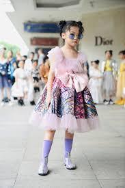 Bé gái vô gia cư đi học lớp catwalk, xuất hiện ở Tuần lễ Thời trang -  Netizen - Việt Giải Trí