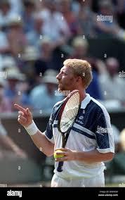 Wimbledon Tennis Herren Einzel Finale zwischen Pete Sampras und Boris  Becker 07.09.1995 Boris Becker Befragung den Schiedsrichter Stockfotografie  - Alamy