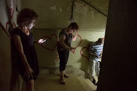 תוצאת תמונה עבור תמונת אנשים בחדר מדרגות