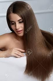 美しい髪健全な滑らかな長い髪とゴージャスな顔メイクの女性モデル