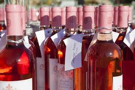 coral wedding favors. white zinfandel wine bottle wedding favors and escort card tags attached coral
