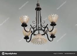 Schöne Kronleuchter Licht An Die Decke Hängen Stockfoto
