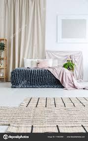 Schlafzimmer Mit Vorhang Stockfoto Photographeeeu 173623954