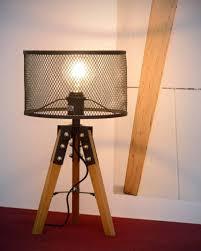 De Tafellamp Aldgate Heeft Een Houten Driepoot Met Een Kap Erop