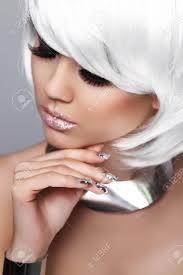 Mode Blonde Meisje Portret Van De Schoonheid Close Up Sexy Vrouw Wit Kort Haar Vogue Style Geïsoleerd Op Een Grijze Achtergrond Kapsel Fringe