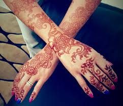 since arriving in mu i ve noticed many women with their hands adorned in intricate designs of henna finger s and palms circled with flowers roses
