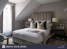 Grau Und Weiß Gehaltenen Schlafzimmer Stockfoto Bild 224758036 Alamy
