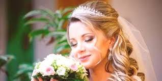 Svatební účes Pro Dlouhé Vlasy S Dívkou Sestavené S Copánky Nebo